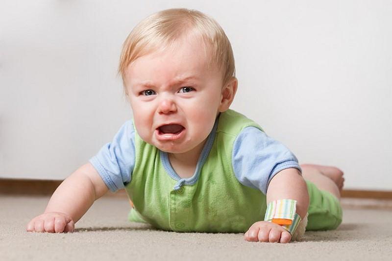 Ребенок плачет и кричит