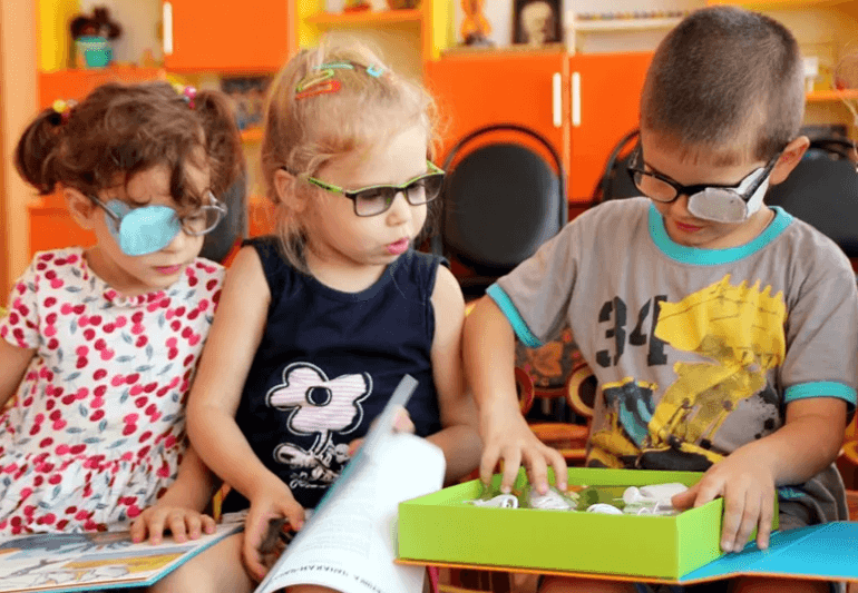 С нарушением зрения у детей