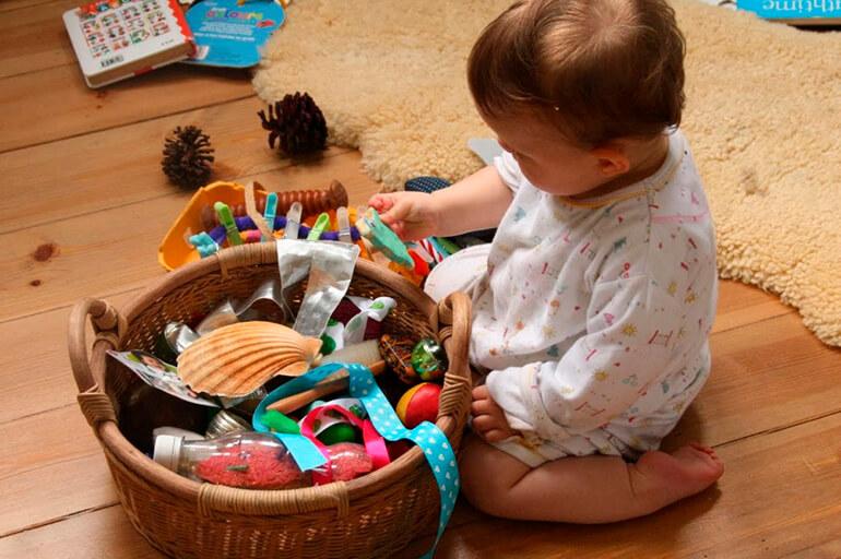 собирать игрушки в емкость